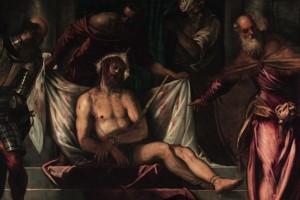 Nel commovente Ecce Homo, che si trova sopra il timpano della porta, è lo stesso Pilato, in piedi sulla destra, a presentarci la tragica figura di Cristo, flagellato e incoronato di spine, in una scena che nella sua fissità contrasta con la concitazione di quelle che l'affiancano, suscitando pietà nello spettatore. La forte luce proveniente da sinistra modula e vivifica i colori: dai rossi della veste di Pilato e del manto di Cristo al bianco del sudario macchiato di sangue, ai bagliori metallici dell'armatura del soldato a sinistra.