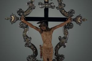 Croce processionale, ambito veneto,  sec. XVII,  argento fuso, dorato, crocifisso in lamina d'argento sbalzata, cesellata, dorata - legno scolpito,alt. 324; largh. 163 - Cristo: alt. 131; largh. 101