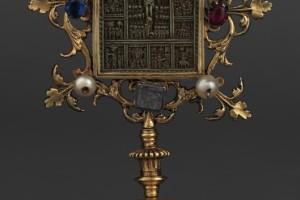 Pace in steatite, sec. XV, argento dorato, fuso - gemme vitree - steatite, alt. 15,5 - piede 6 - largh. 8,5