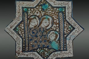 Piastrella a forma stellare con figure femminili assise e versi nel bordo, Iran, Kashan, XIII sec.