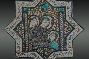 Piastrella a forma stellare con figure femminali assise e versi nel bordo, Iran, Kashan, sc. XIII