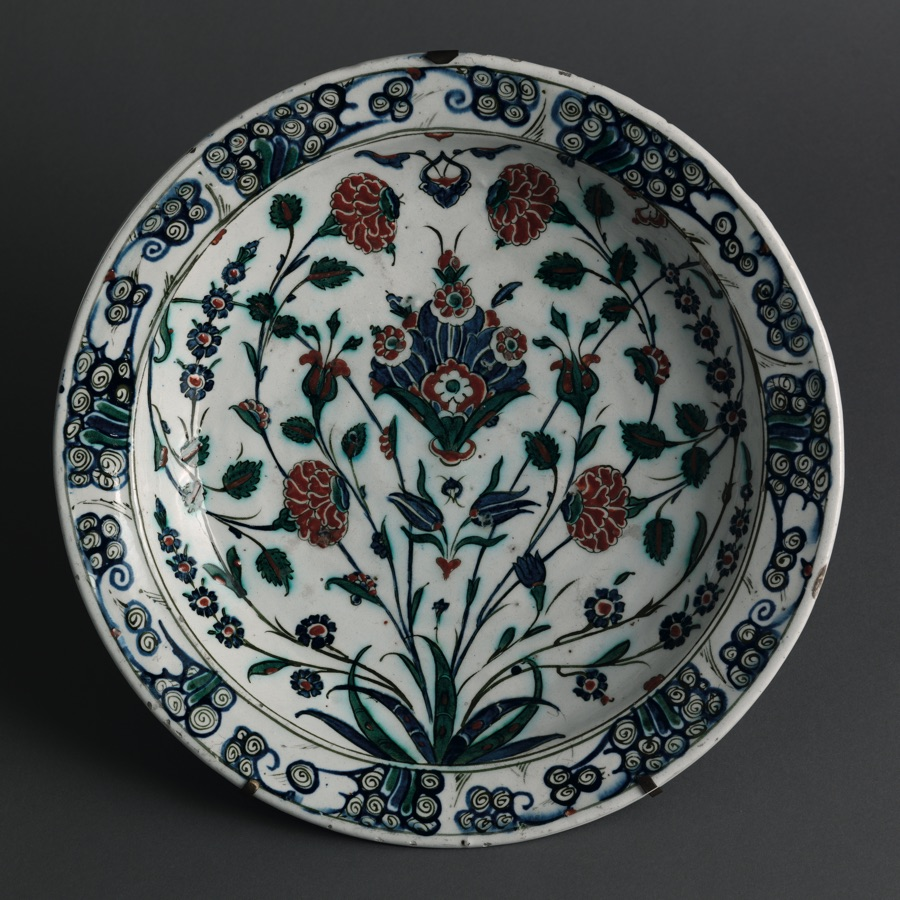 Plate with floral decoration, Turkey, Glazed polychrome-decorated silica ware c1575